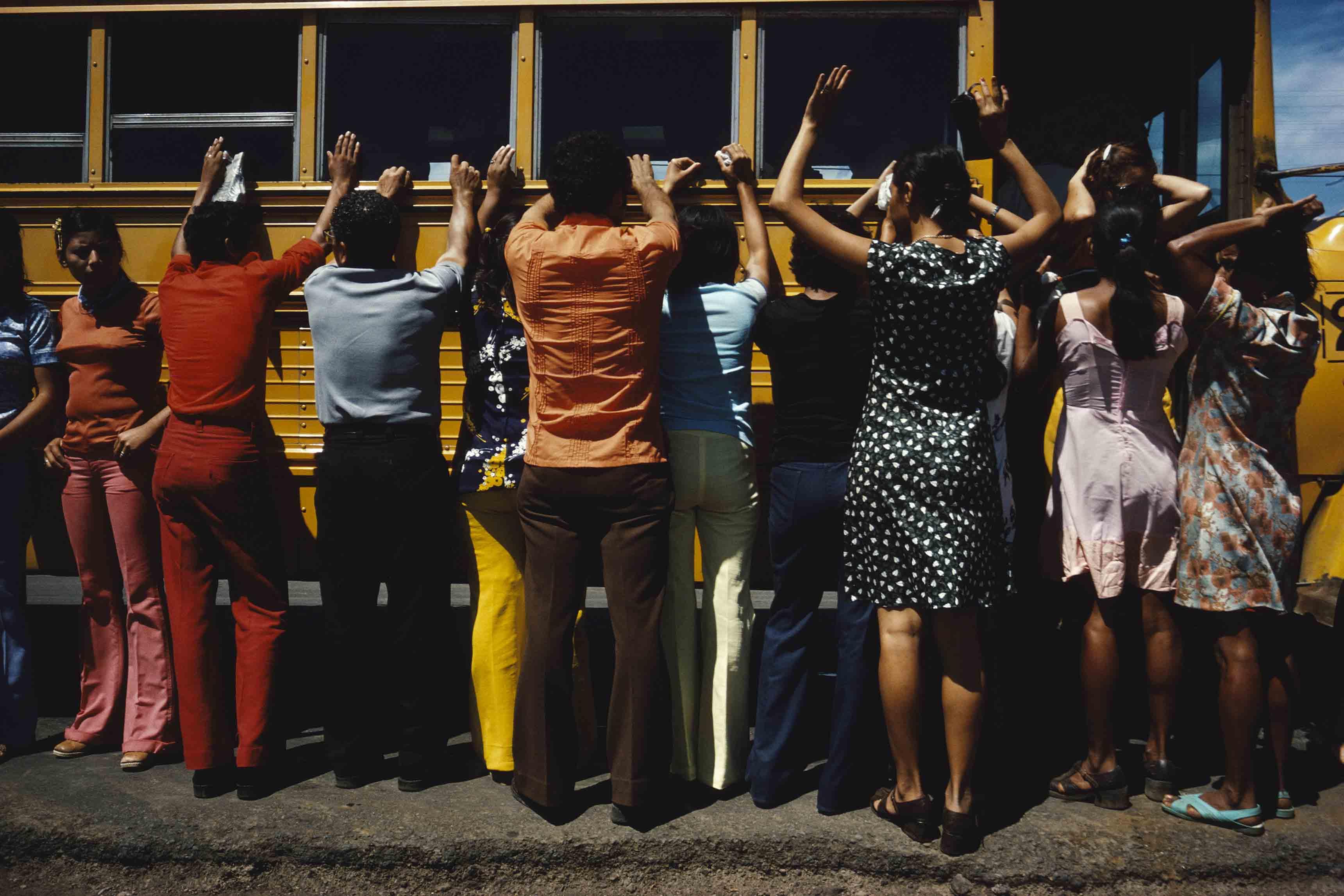 Susan Meiselas, Fouille de toutes les personnes voyageant en voiture, en camion, en bus ou à pied, Ciudad Sandino, Nicaragua, 1978 © Susan Meiselas/Magnum Photos