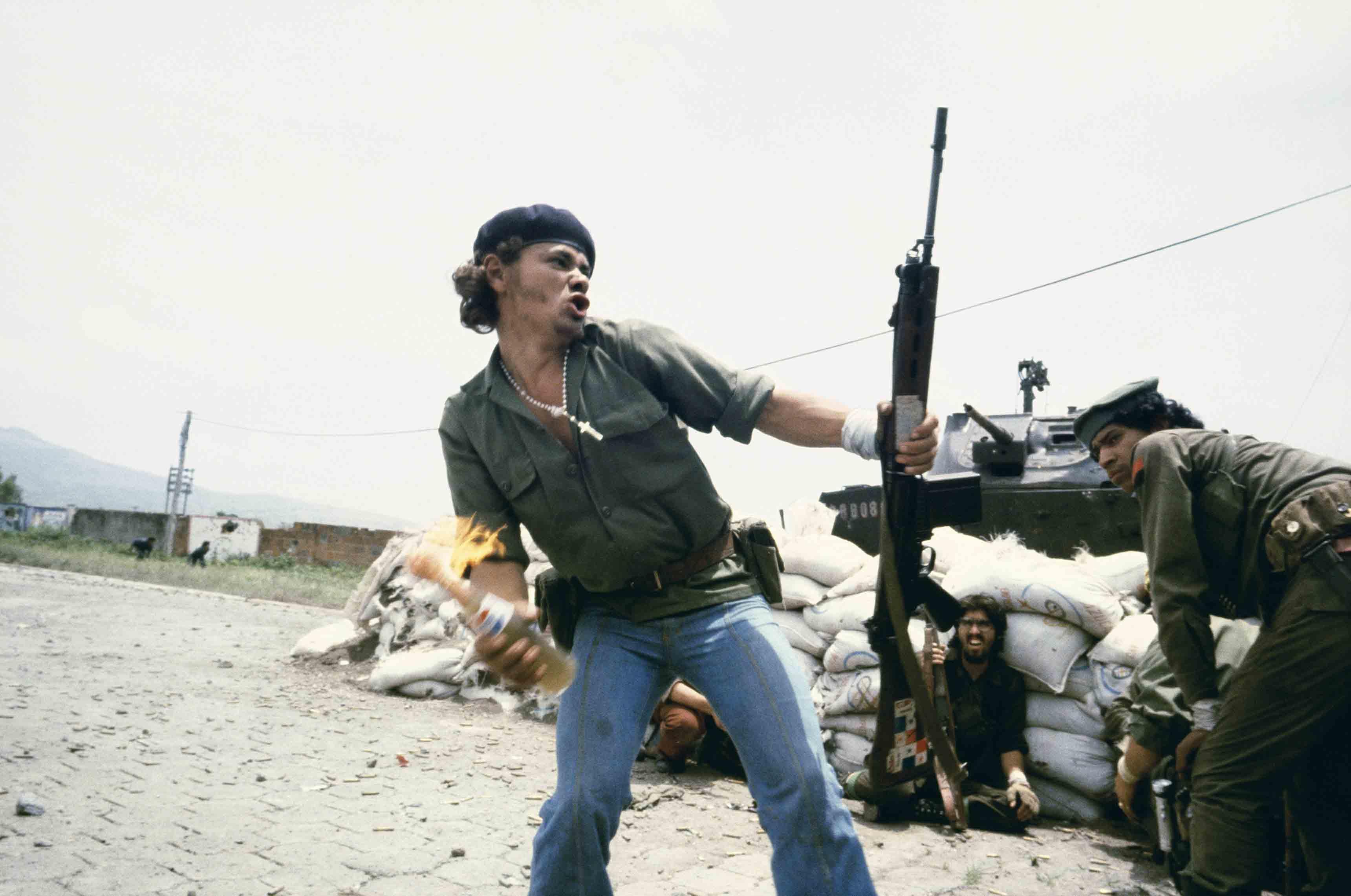 """Susan Meiselas, Sandinistes aux portes du quartier général de la Garde nationale à Esteli : """"L'homme au cocktail Molotov"""", Nicaragua, 16 juillet 1979 © Susan Meiselas/Magnum Photos"""