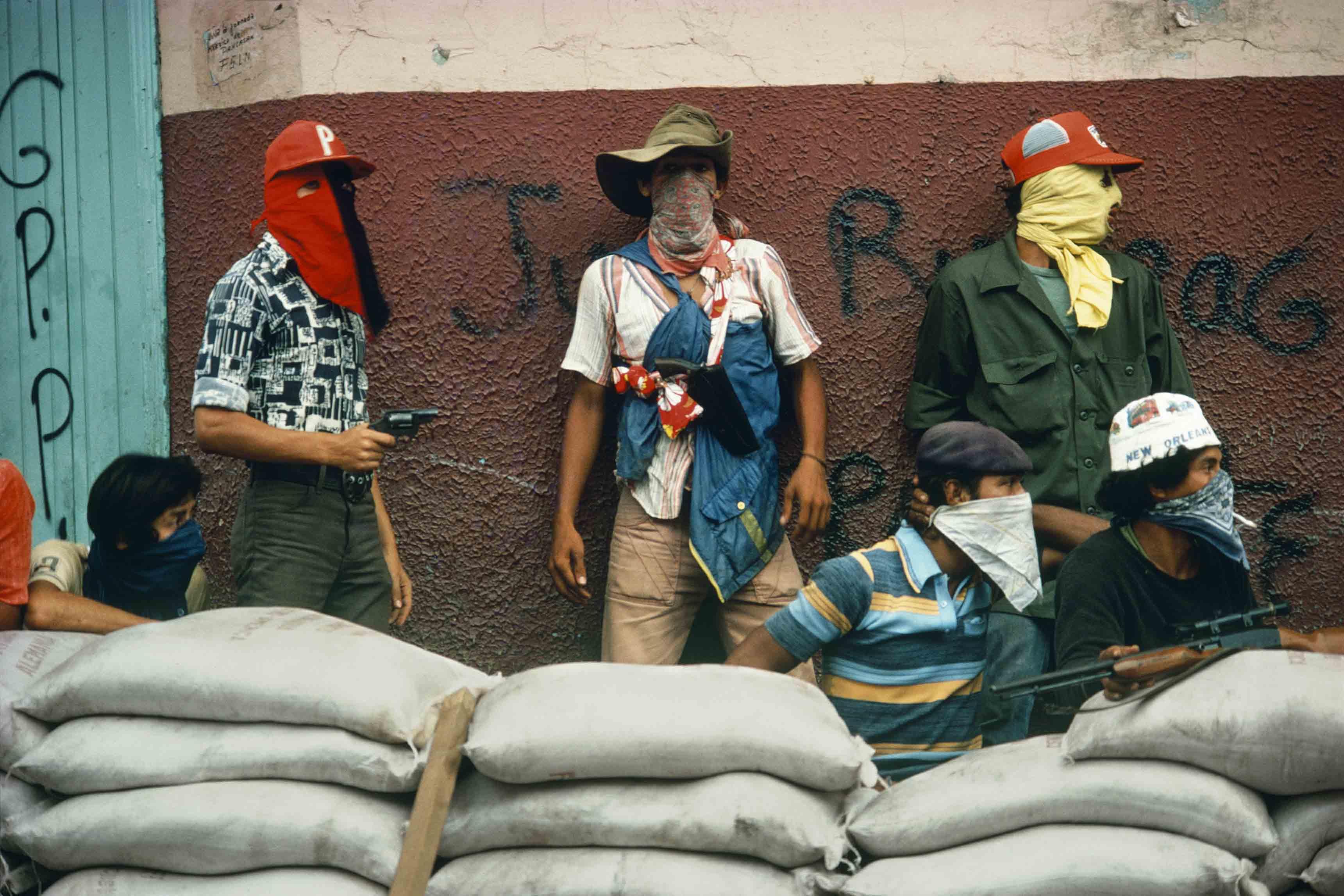 Susan Meiselas, Muchachos attendant la riposte de la Garde nationale, Matagalpa, Nicaragua, 1978 © Susan Meiselas/Magnum Photos