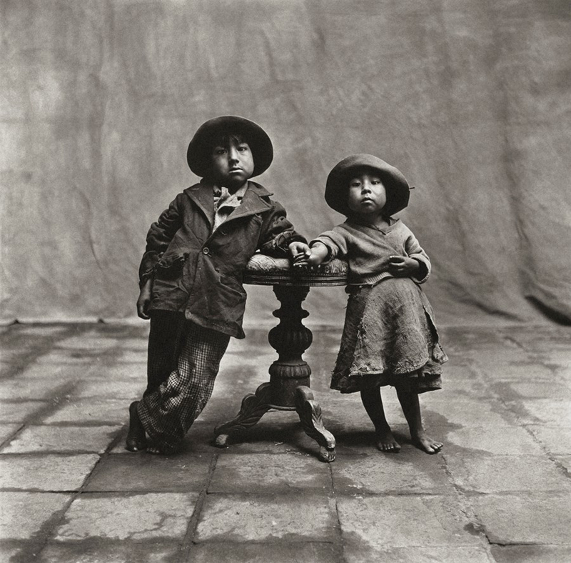 Crédit photo : Irving Penn  (American, 1917 – 2009) Cuzco Children, 1948  Platinum - palladium print, 1968 19 ½ × 19 ⅞ in. (49.5 × 50.5 cm) The Metropolitan Museum of Art, New York Promised Gift of The Irving Penn Foundation © Condé Nast