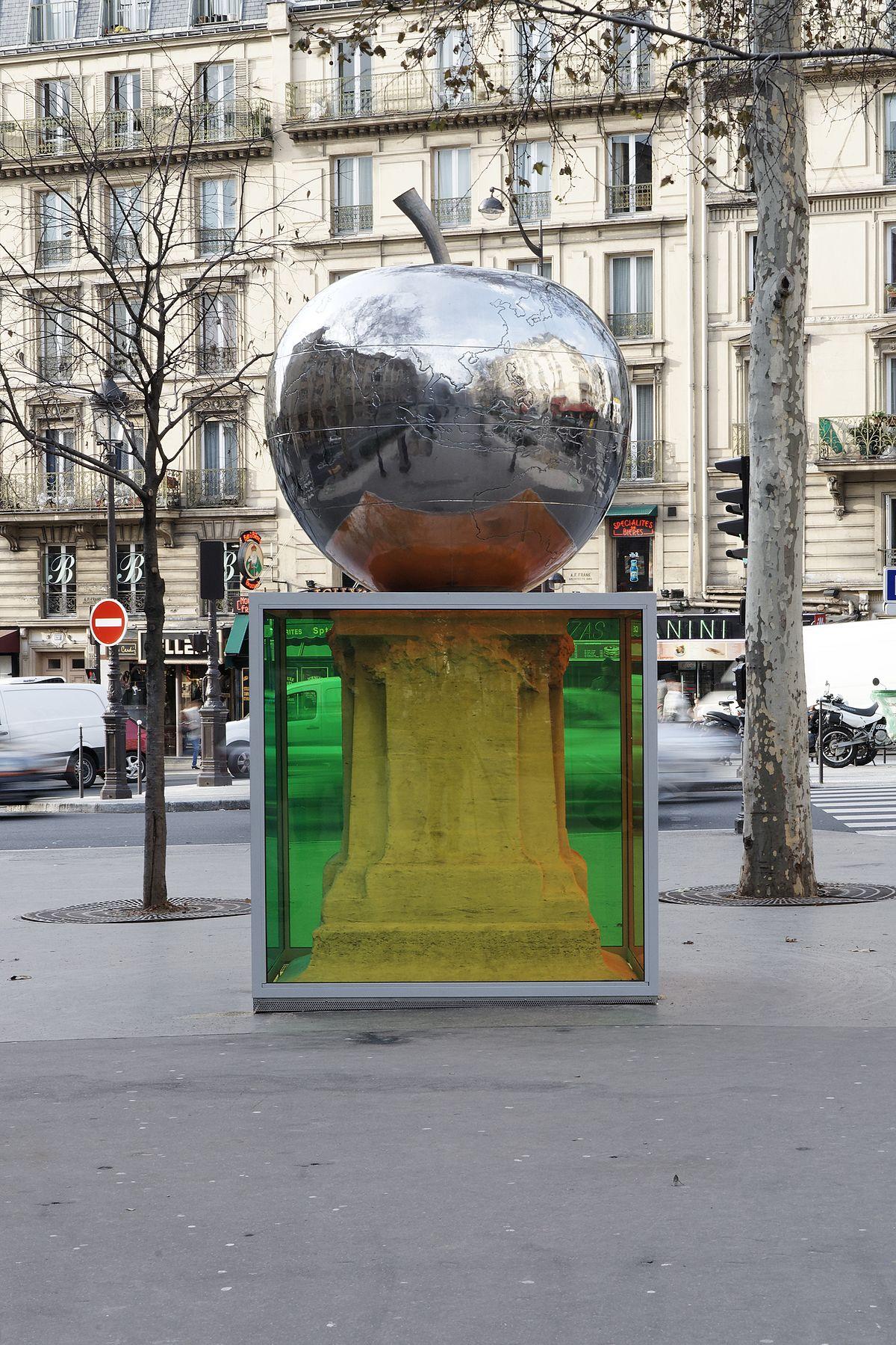 """""""La Quatrième Pomme"""" de Franck Scurti, situé sur le boulevard de Clichy, 18e arrondissement."""