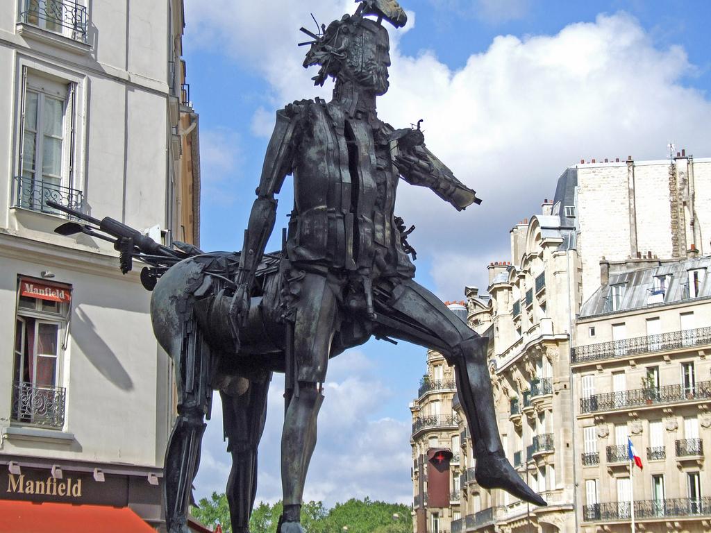 """""""Le Centaure"""" de César Baldaccini, sur place Michel-Debré, 6e arrondissement."""