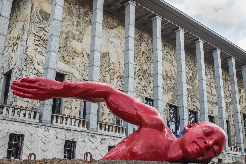 """""""Dans le bonheur"""" de Diadji Diop, sculpture rouge d'un nageur située à côté du musée National de l'Histoire de l'Immigration, 12e arrondissement."""