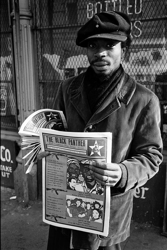 1970 – Quartier de Roxbury, Boston, Massachsetts, USA. Vente à la criée de The Black Panther, le journal du parti, par l'un de ses membres. © Stephen Shames. Courtesy Steven Kasher Gallery.