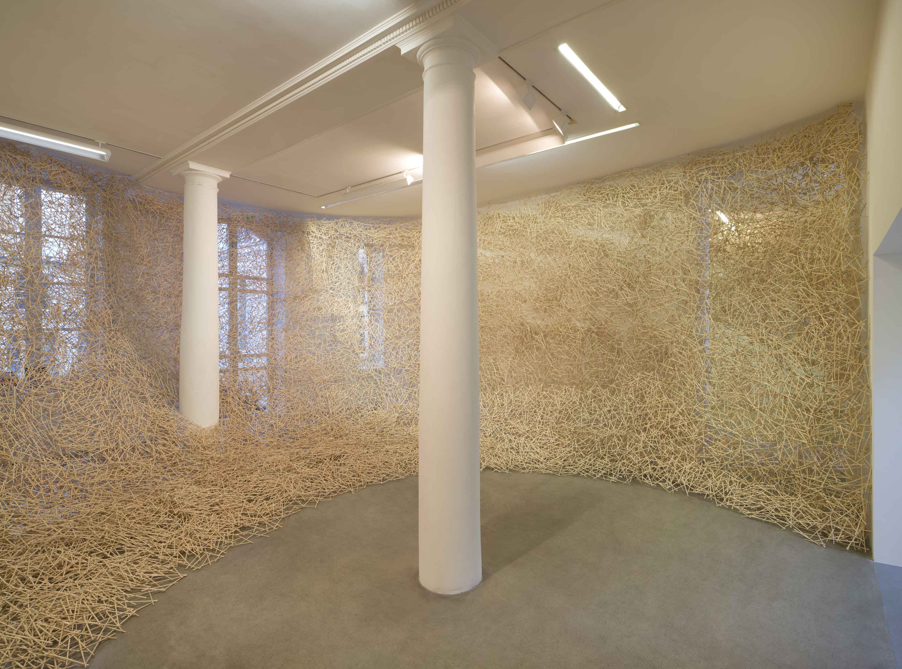 Tadashi Kawamata  Nest, 2017 Baguettes, colle. Dimensions variables   Vue de l'exposition « Nest », kamel mennour (47 rue Saint André des arts), Paris 6, 2017‑2018  © Tadashi Kawamata Photo. archives kamel mennour Courtesy the artist and kamel mennour Paris/London