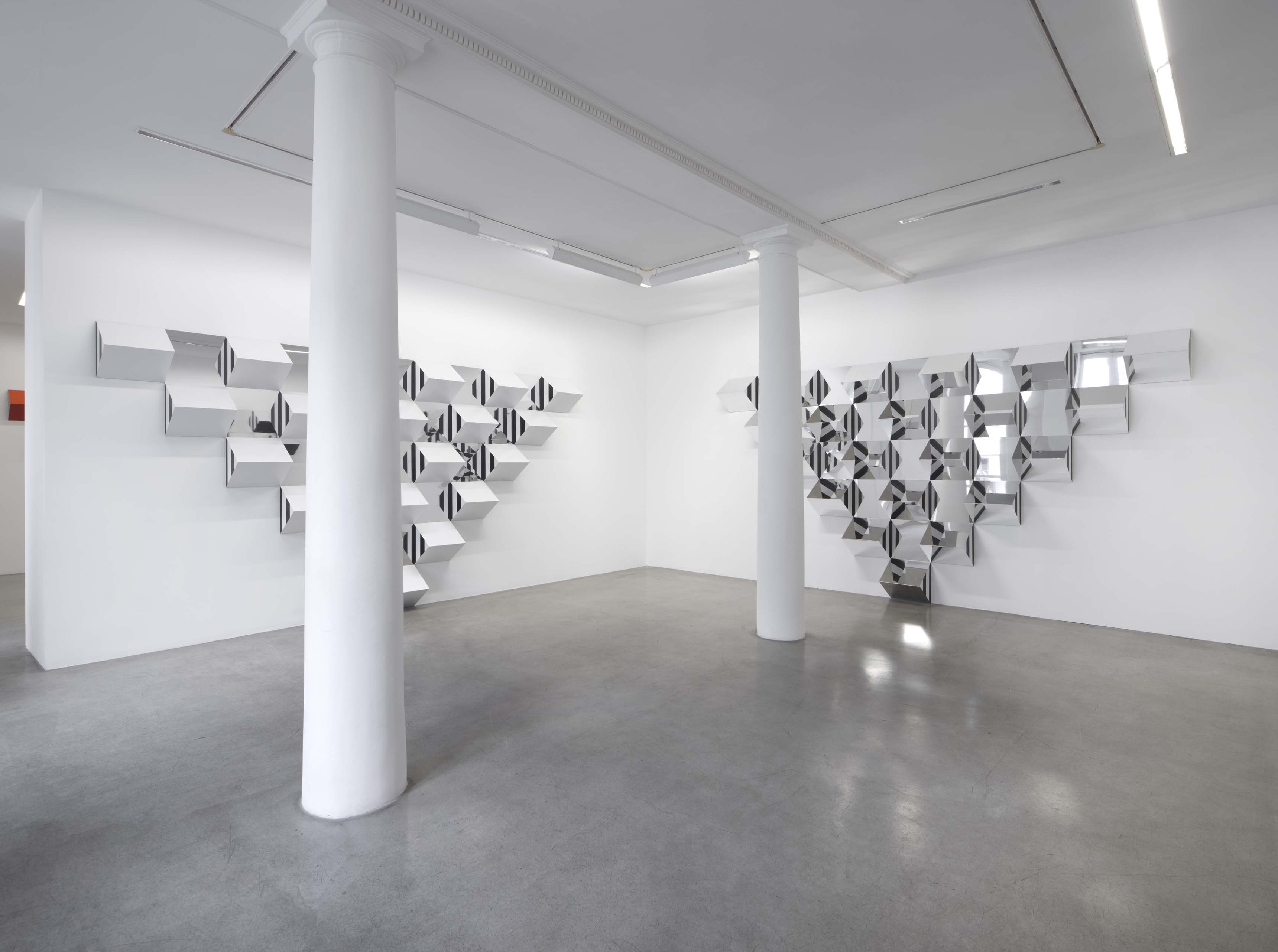 Vue de l'exposition / View of the exhibition « Pyramidal, hauts-reliefs, travaux in situ et situés, 2017 », Kamel Mennour (47 rue Saint‑André des arts), Paris, 2017