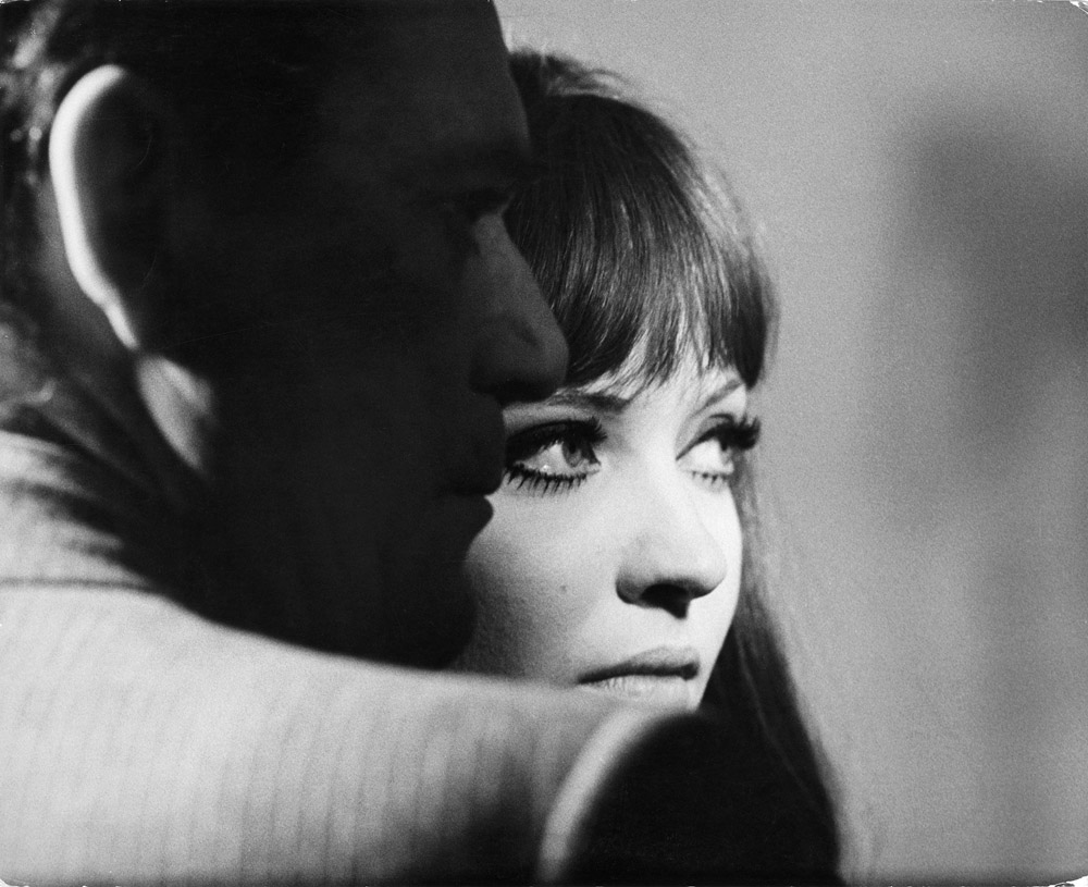 """Photographie de plateau du film """"Alphaville, une étrange aventure de Lemmy Caution"""" de Jean Luc Godard (1965) © Georges Pierre/L Pierre-de Geyer"""