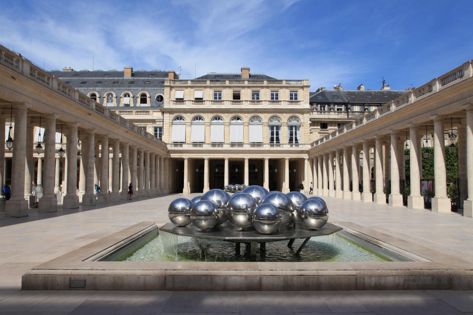 """""""Sphérades"""" de Pol Bury, cour d'honneur du Palais-Royal, 1e arrondissement."""