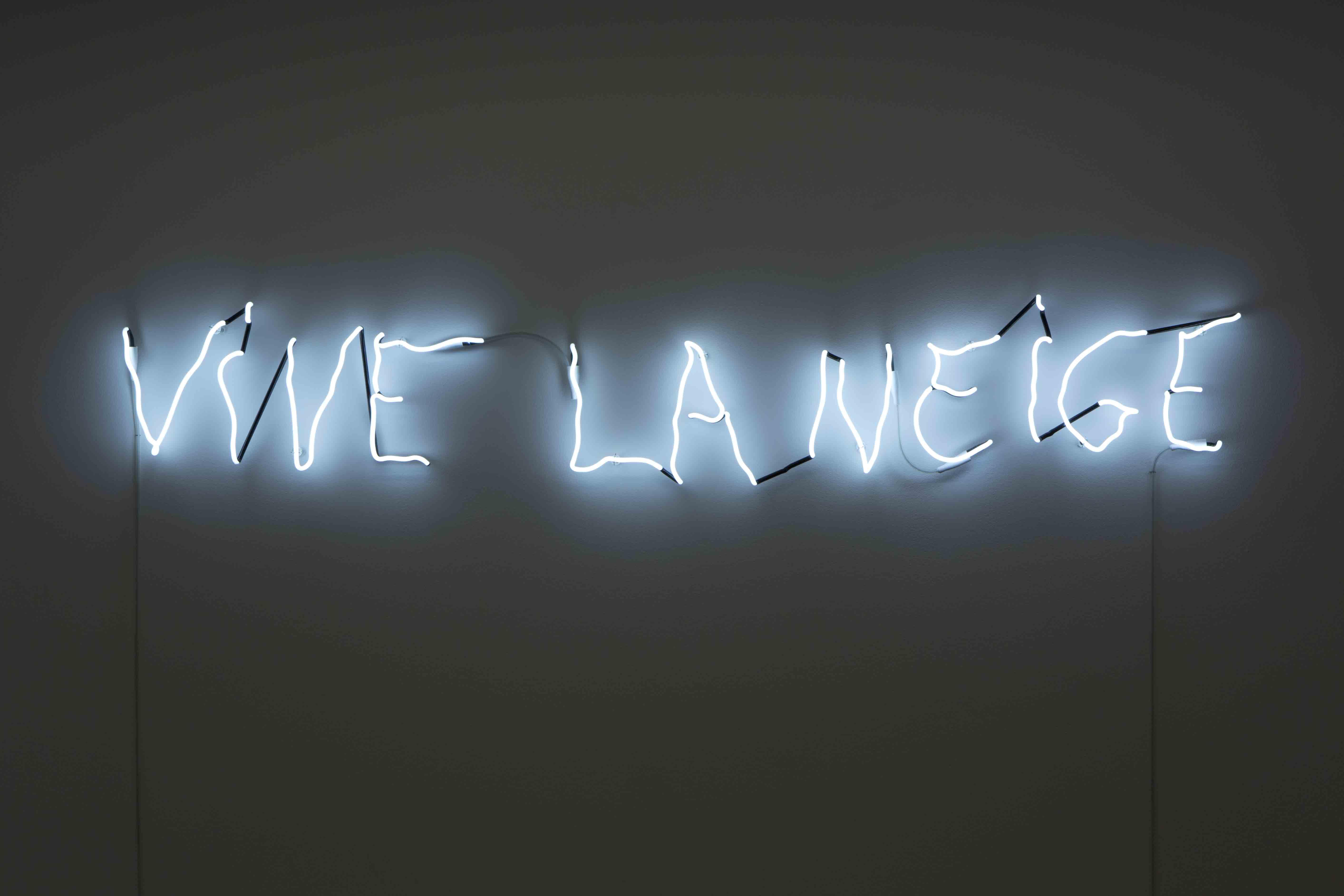"""""""Vive la neige"""" (2010) de Claude Lévêque. Néon blanc, 30 x 190 cm. White neon. Écriture/Writing : Côme Duwa Édition/Edition N°3/3 (+ 2 épreuves d'artiste/artist proofs) Provenance : L'artiste/The artist & Kamel Mennour, Paris/London © ADAGP Claude Lévêque Courtesy of the artist and Kamel Mennour, Paris/London"""