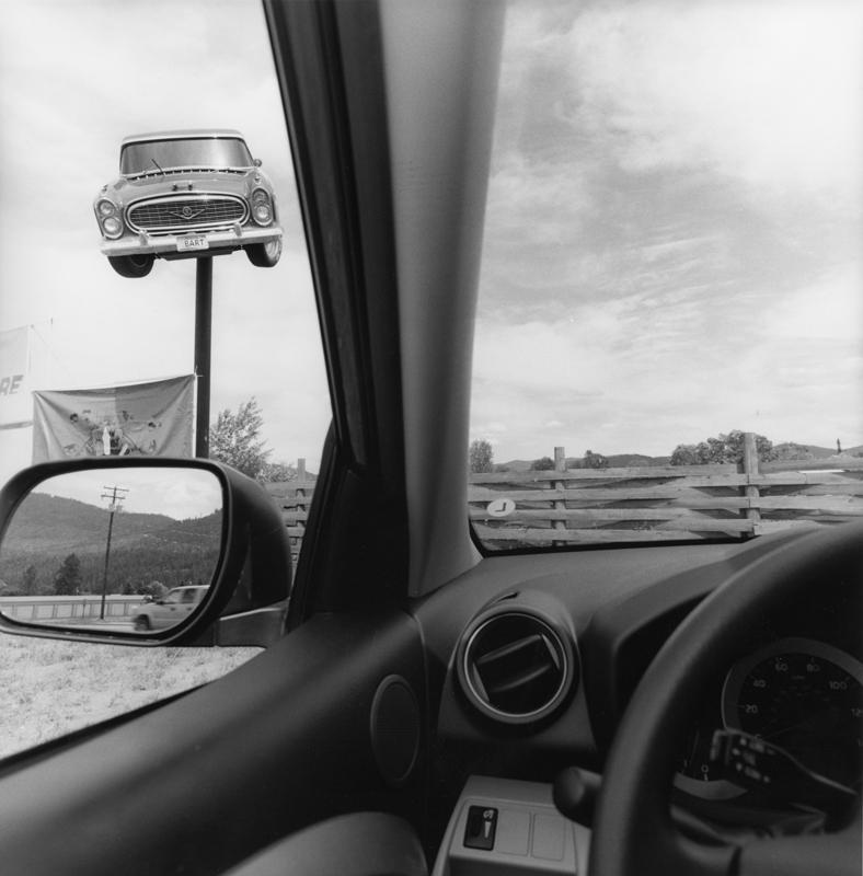 Lee Friedlander, Montana, 2008 Série America by Car Tirage gélatino-argentique, 37,5 × 37,5 cm Courtesy Fraenkel Gallery, San Francisco © Lee Friedlander, courtesy Fraenkel Gallery, San Francisco