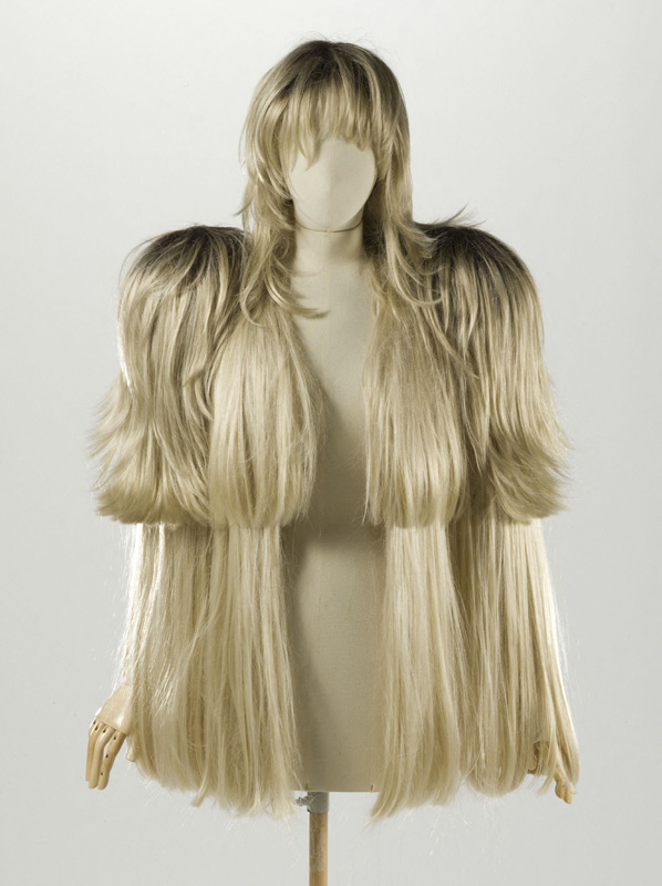 "Martin Margiela, veste-perruques et postiche, Automne-hiver 2008-2009 (collection « Artisanal »), puis Printemps-été 2009 Cheveux synthétiques blonds, taffetas ivoire Martin Margiela, wigs and hairpieces jacket, Fall-winter 2008-2009 (""Artisanal"" collection), then Spring-summer 2009 Synthetic blond hair, ivory taffeta © Stéphane Piera / Galliera / Roger-Viollet"