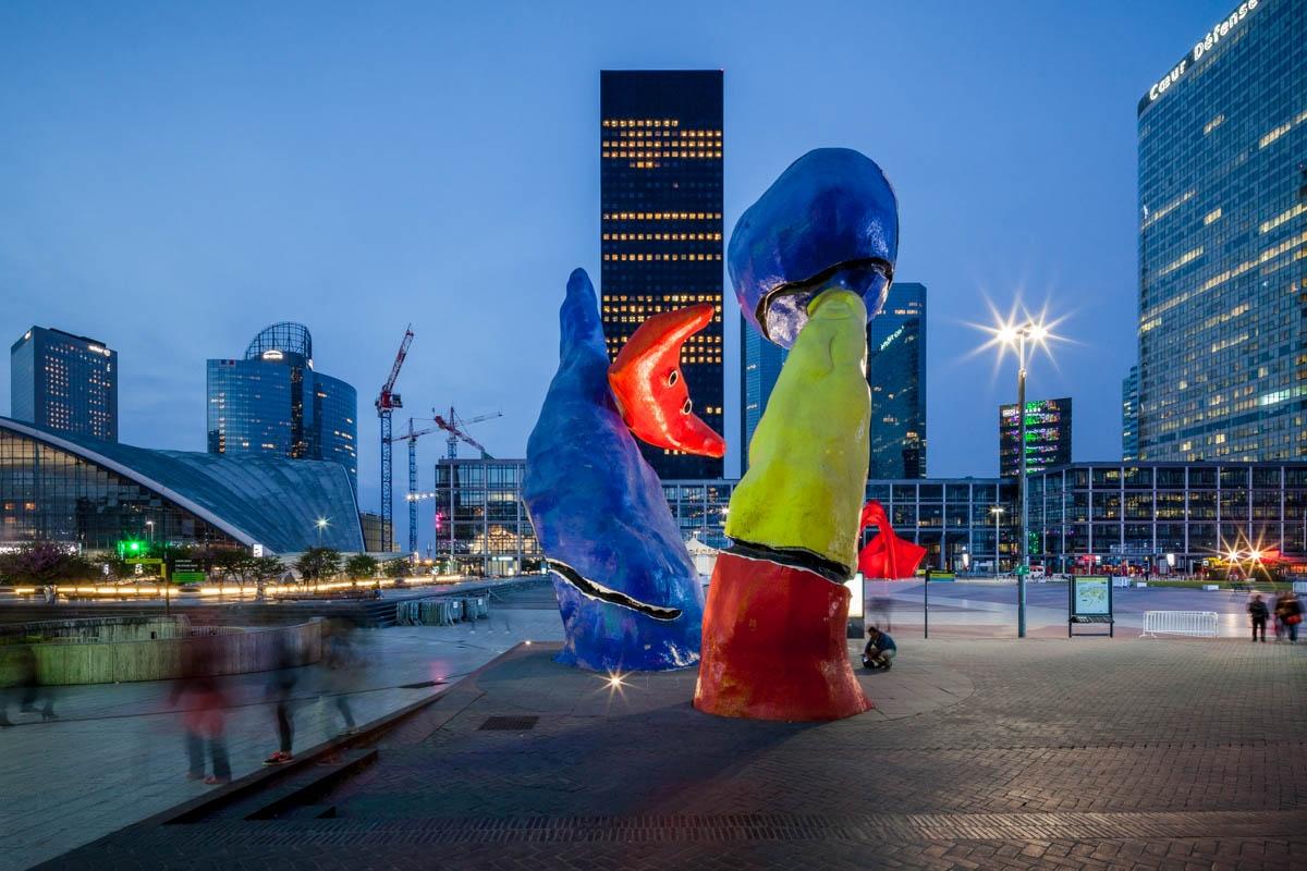 """""""Les Personnages fantastiques"""" de Joan Miró, """"Utsurohi"""" d'Aiko Miyawaki, La Défense, Puteaux."""