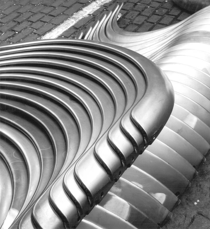 Peter Keetman, Hintere Kotflügel, 1953 Série Eine Woche im Volkswagenwerk Tirage gélatino-argentique, 27 × 24,5 cm Nachlass Peter Keetman / Stiftung F.C. Gundlach, Hambourg © Nachlass Peter Keetman / Stiftung F.C. Gundlach, Hambourg