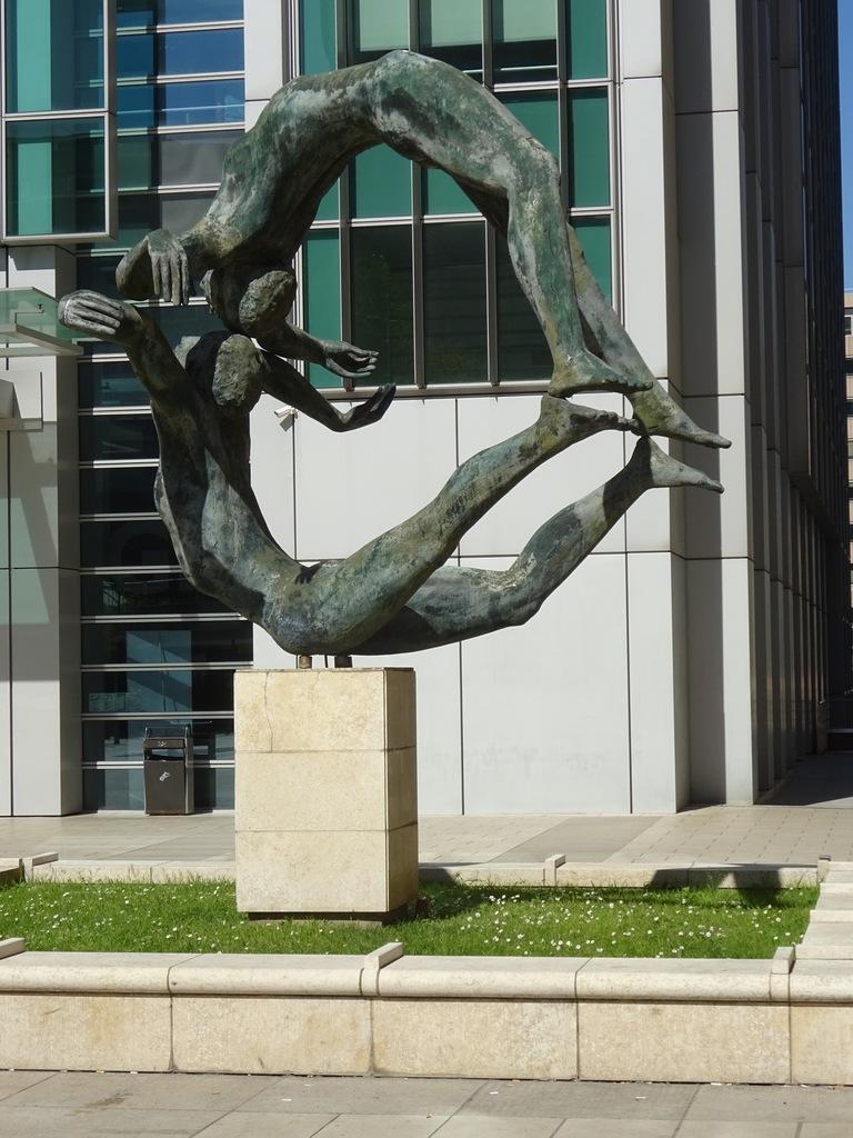 """""""La Terre"""" de Louis Derbré, La Défense, Puteaux."""
