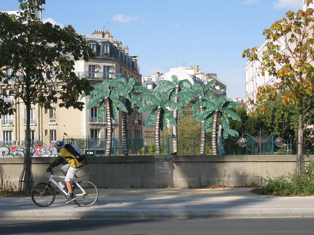 """""""Mirage"""" de Bertrand Lavier, dans rue des Peupliers, 13e arrondissement."""