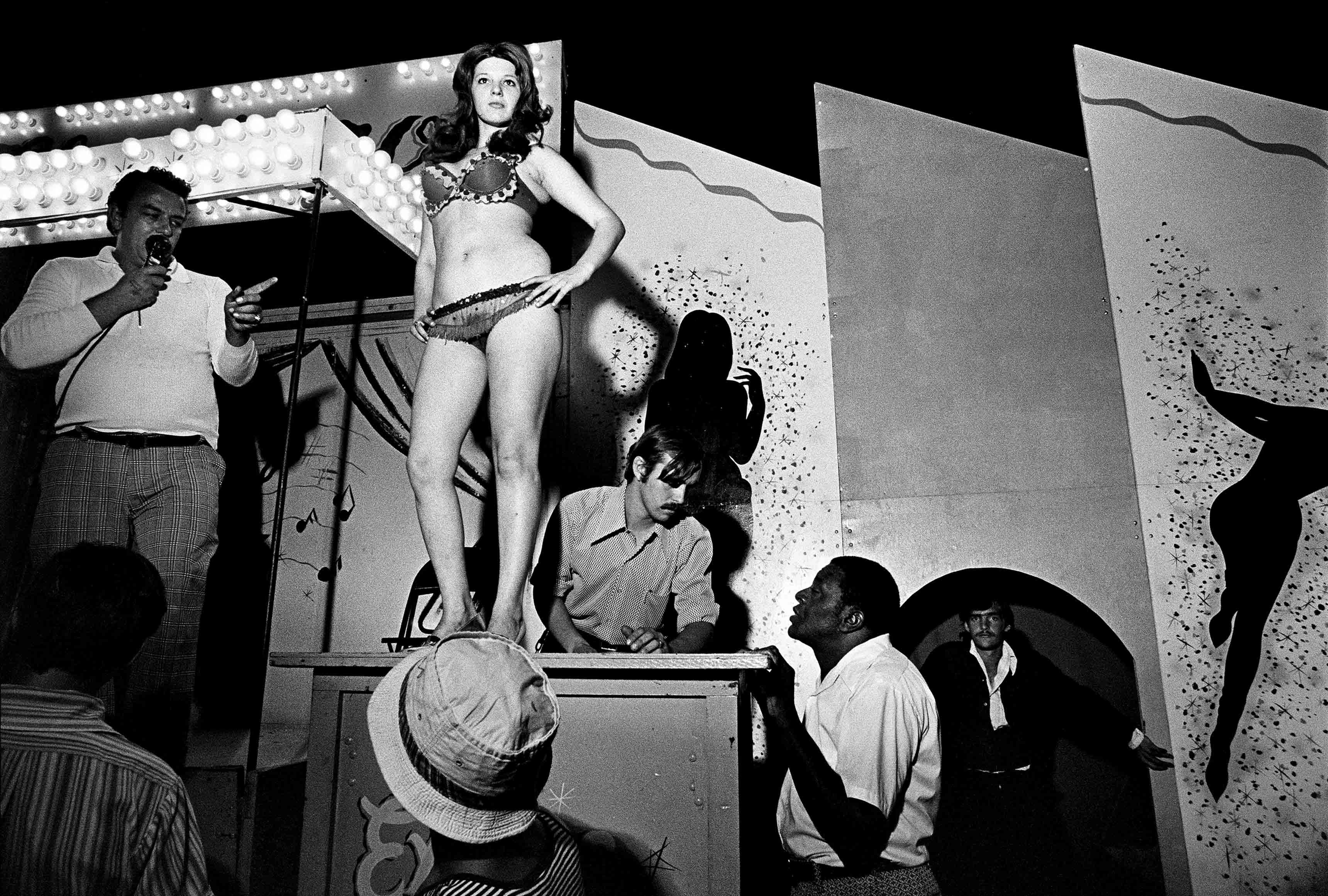 Susan Meiselas Lena juchée sur sa caisse, Essex Junction, Vermont, 1973. Série Carnival Strippers, 1972-1975 © Susan Meiselas/Magnum Photos