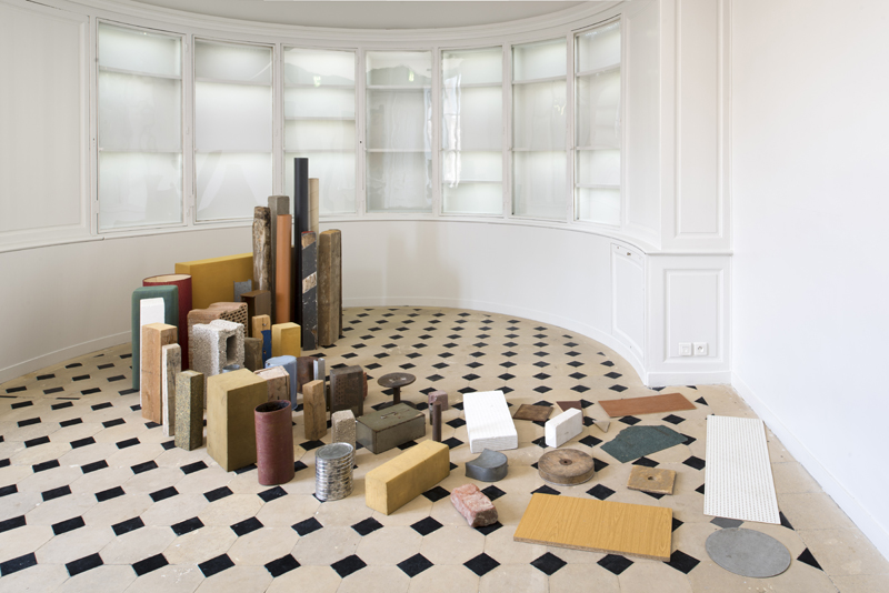 """Tony Cragg, """"Opening Spiral"""" (Spirale en déploiement), 1982. Métal, bois, carton, tissu, linoléum, ciment, mousse et matériaux divers Dimensions variables. 152 x 260 x 366 cm - (ces dimensions sont celles de la mise en espace d'avril 1990 dans les salles du Musée au 3e Collection Centre Pompidou Collection Centre Pompidou Musée national d'art moderne - Centre de création industrielle, Paris © Martin Argyroglo /Monnaie de Paris © Adagp"""