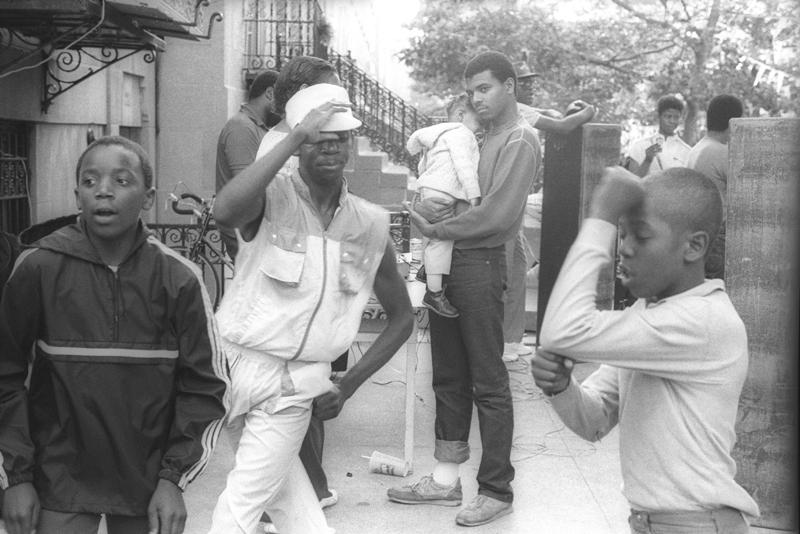 Des jeunes gens qui dansent pendant une Block Party dans le South Bronx ©Martine Barrat