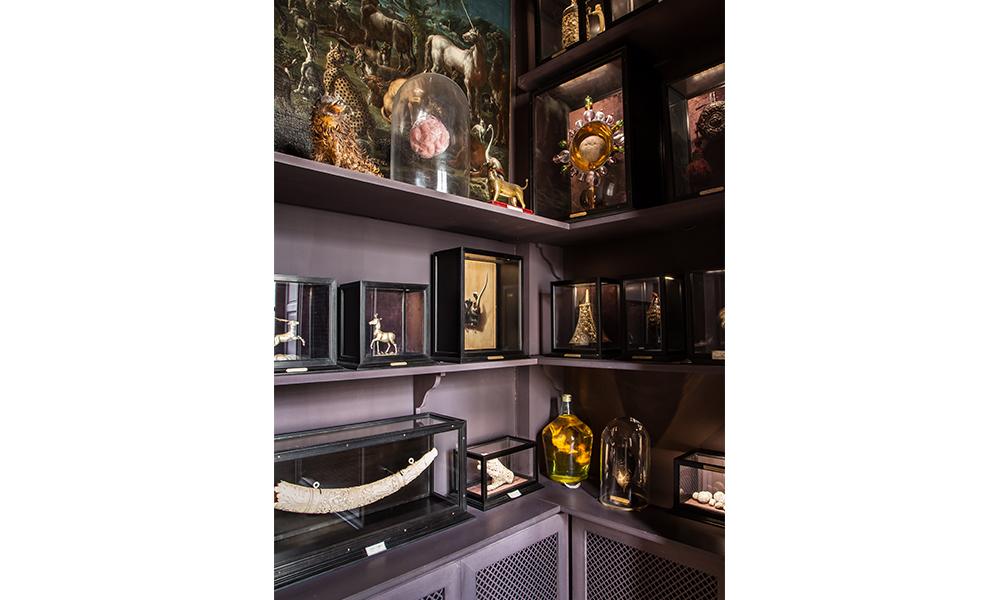 Le Cabinet de la Licorne verra son caractère nocturne renforcé par un parfum chimérique et mystérieux.