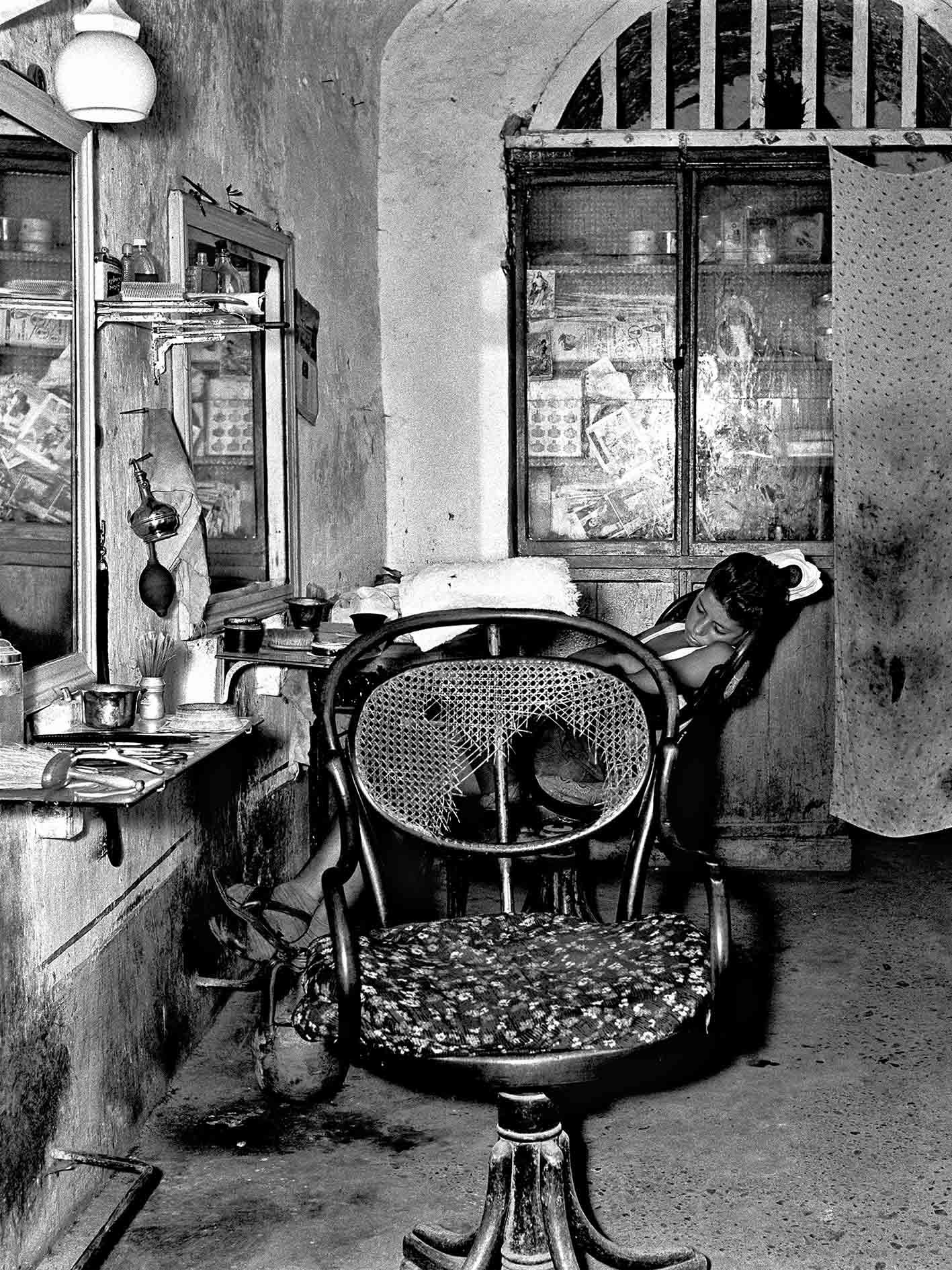"""Nino Migliori, """"Il garzone del barbiere"""" (1956), série """"Gente del Sud"""" © Fondazione Nino Migliori, Bologna, Italie"""