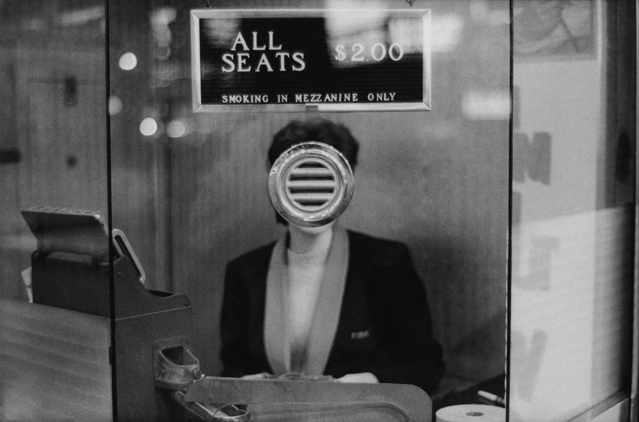 """Au sein de la séquence """"L'expérience du territoire"""", Arles accueillera les tirages originaux du maître américain de la photographie Joel Meyerowitz. Ici : """"Guichet de salle de cinéma, Times Square, New York, 1963"""". Avec l'aimable autorisation de l'artiste et de la Howard Greenberg Gallery."""