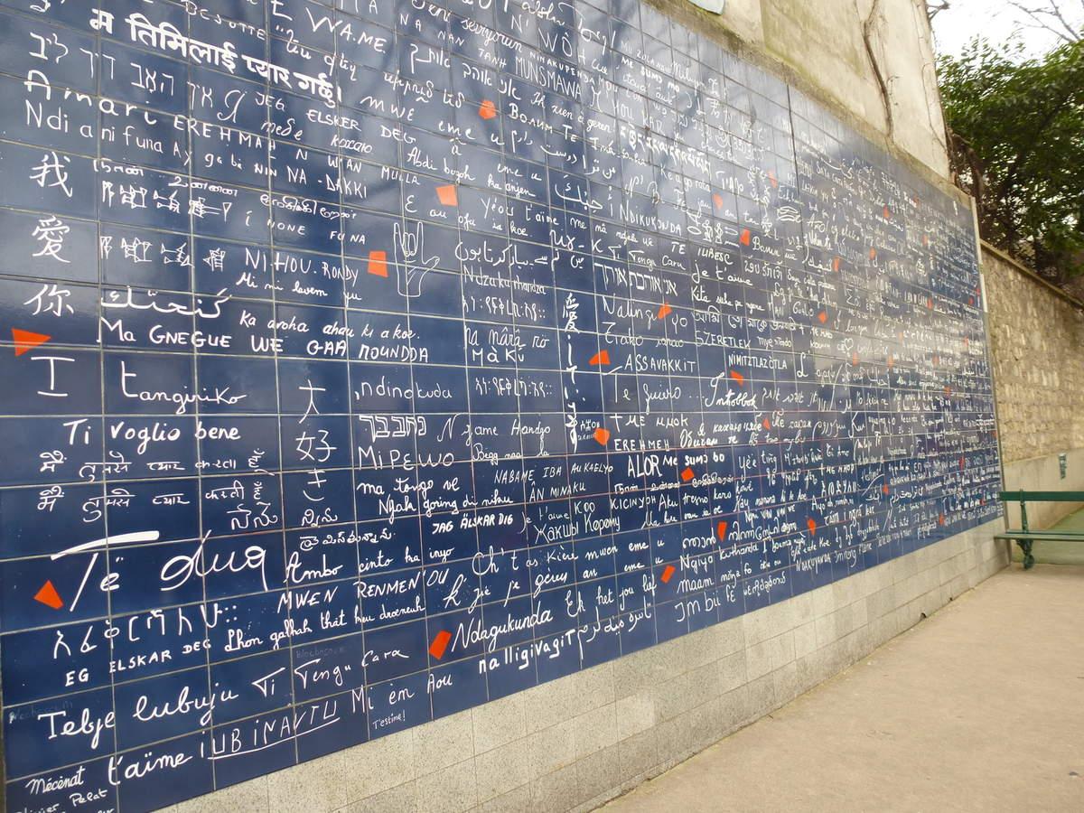 """""""Le Mur des je t'aime"""" de Frédéric Baron et Claire Kito, square Jehan-Rictus, Montmartre, 18e arrondissement."""