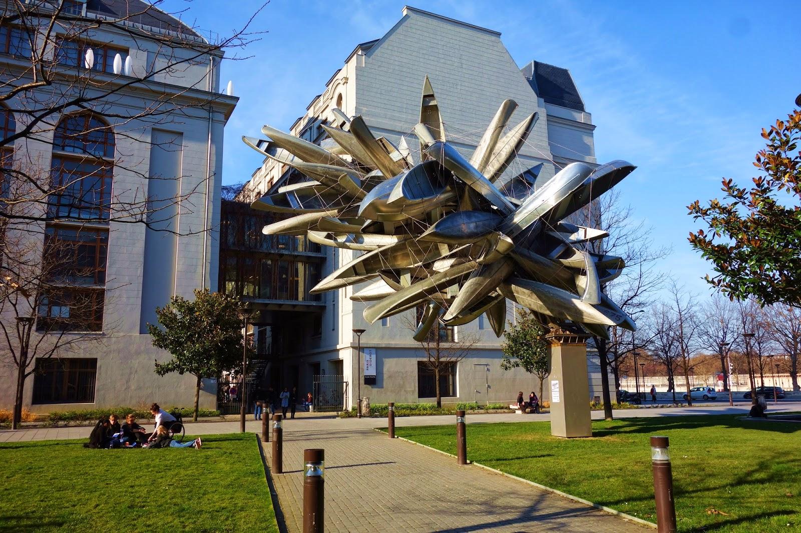 """""""Monochrome for Paris"""" de Nancy Rubins, sur l'esplanade Pierre-Vidal-Naquet, 13e arrondissement."""
