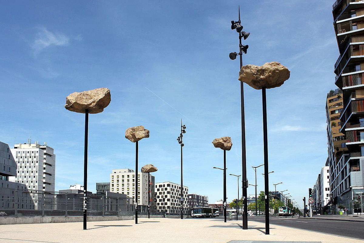 """""""Les Rochers dans le ciel"""" de Didier Marcel, sur la place Farhat-Hached, 13e arrondissement."""