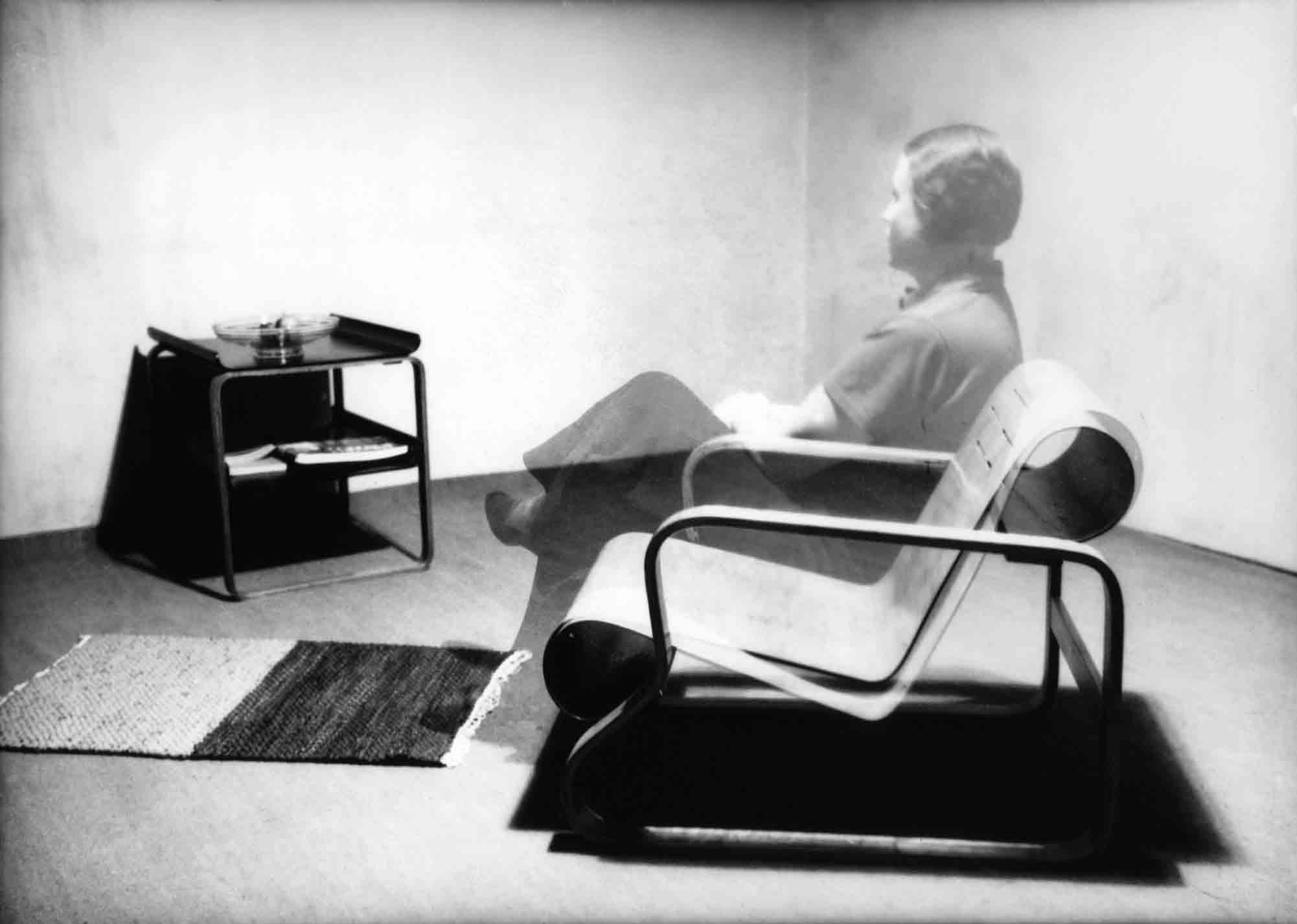 Aino Aalto assise dans son fauteuil ©Alvar Aalto Museum, Artek Collection, VG Bild-Kunst, Bonn, 2014