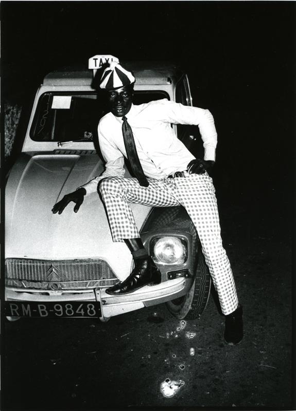 Malick Sidibé, Taximan avec voiture, 1970 Tirage gélatino-argentique, 40 x 30 cm Courtesy Galerie Magnin-A, Paris © Malick Sidibé