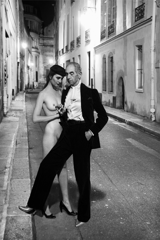 Hommage à Helmut Newton, YSL, French Vogue, rue Aubriot, 1975, série Looking for the Masters in Ricardo's golden shoes. © Catherine Balet, 2014. Courtesy galerie Thierry Bigaignon.