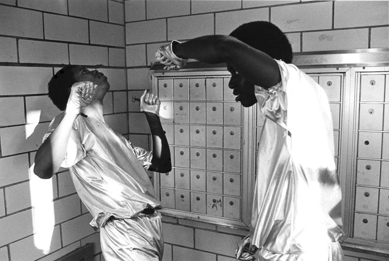 Des jeunes qui dansent dans l'entrée d'un HLM. Ils avaient cousu eux-mêmes leurs costumes ©Martine Barrat