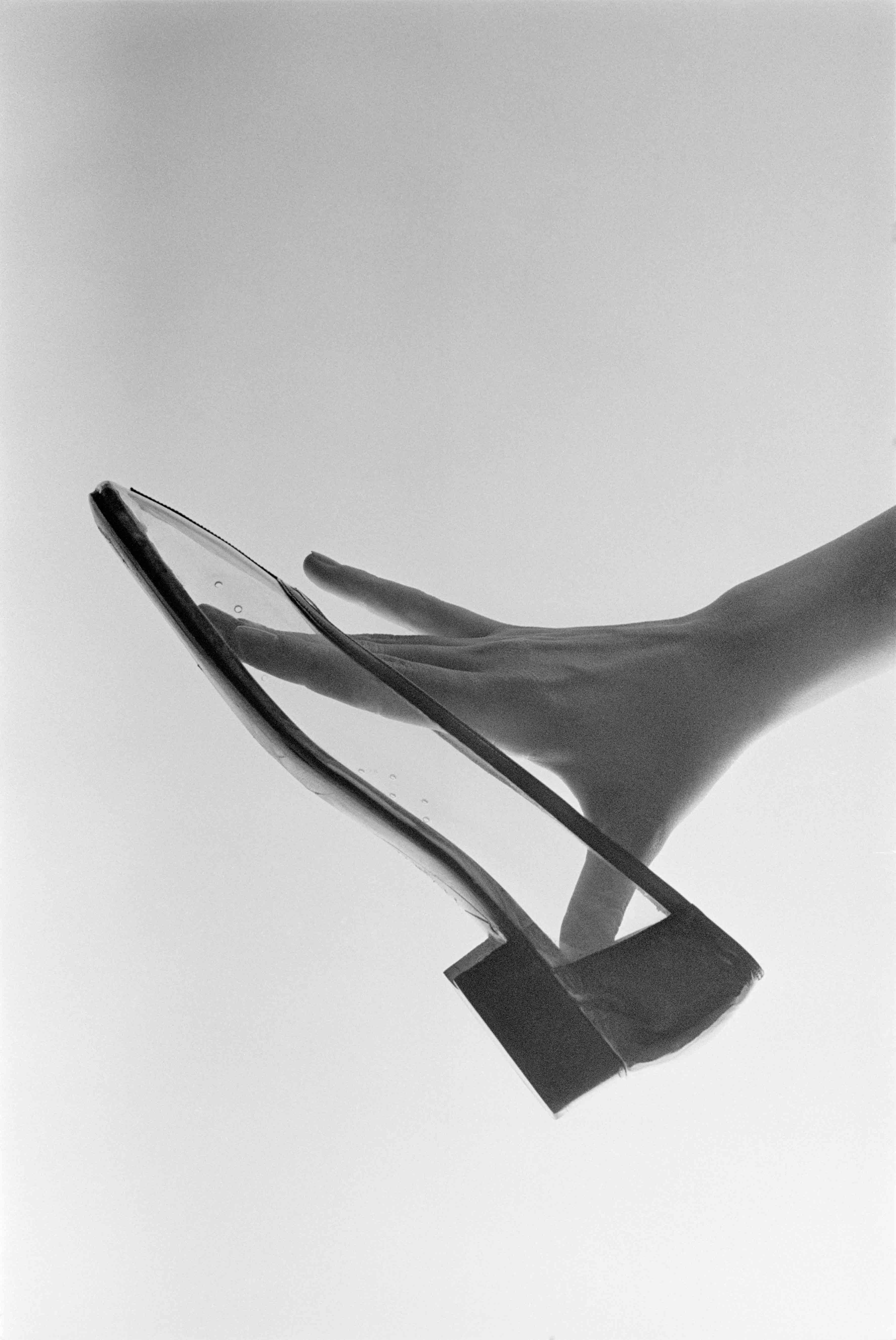 Pour Elle, Chaussure Roger Vivier, 1966 - Copyright Peter Knapp