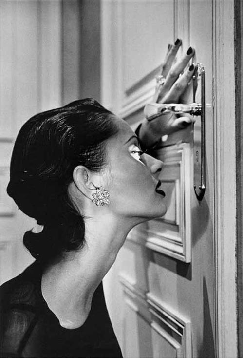 Crédit photo : Helmut Newton, Heather looking through a keyhole, 1994 © Helmut Newton Estate