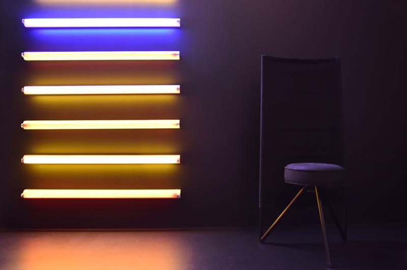 Philippe Starck, chaise Miss Wirt, 1982 et néons de couleur.