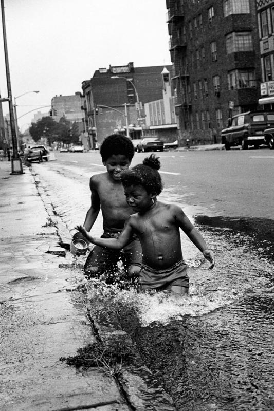 C'est les vacances en août dans le South Bronx, tout près de la station de métro Freeman ©Martine Barrat