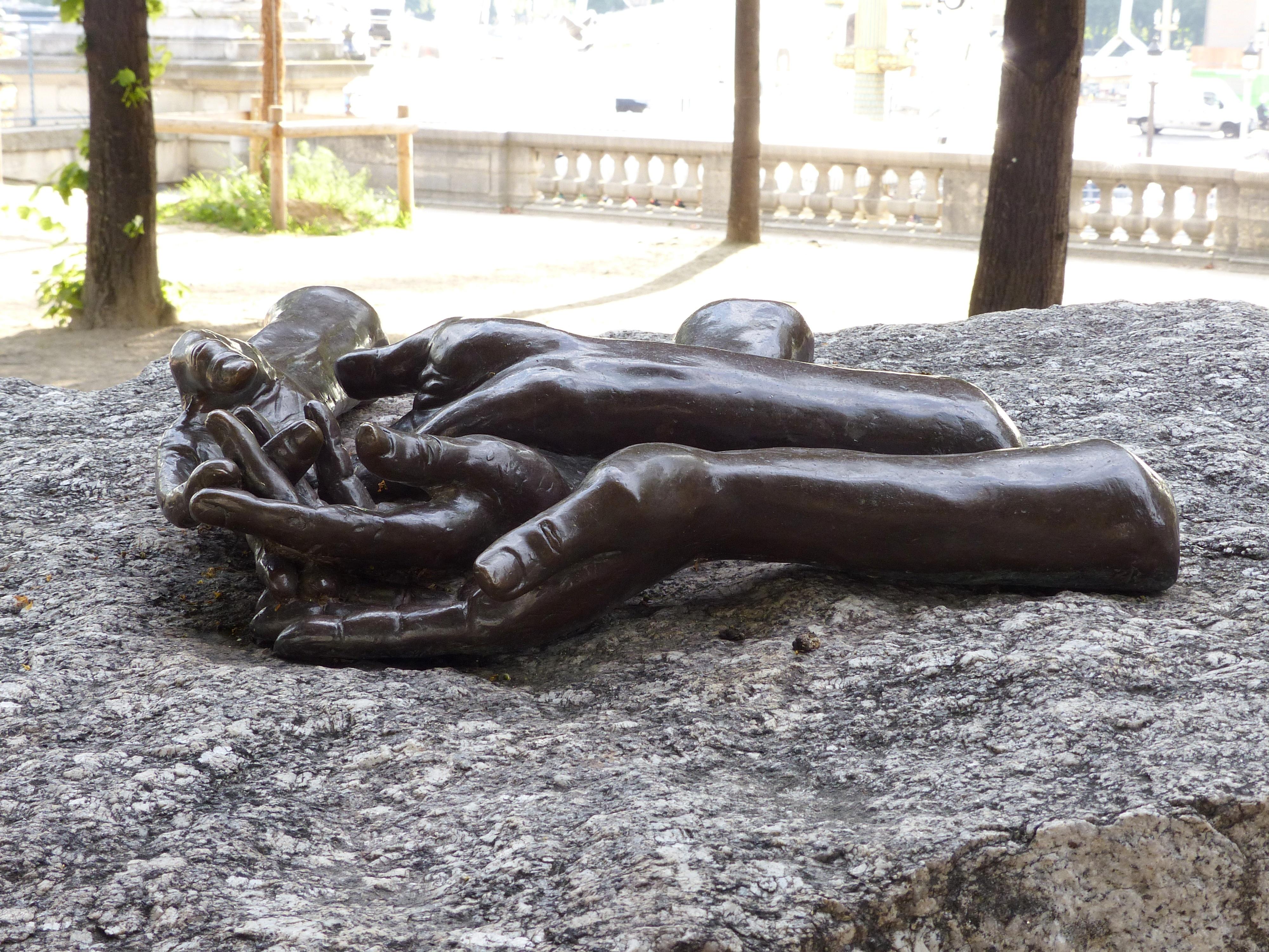 """""""Welcoming Hands"""" de Louise Bourgeois, situées à la Terrasse du Jeu de Paume dans le jardin des Tuileries, 1e arrondissement."""