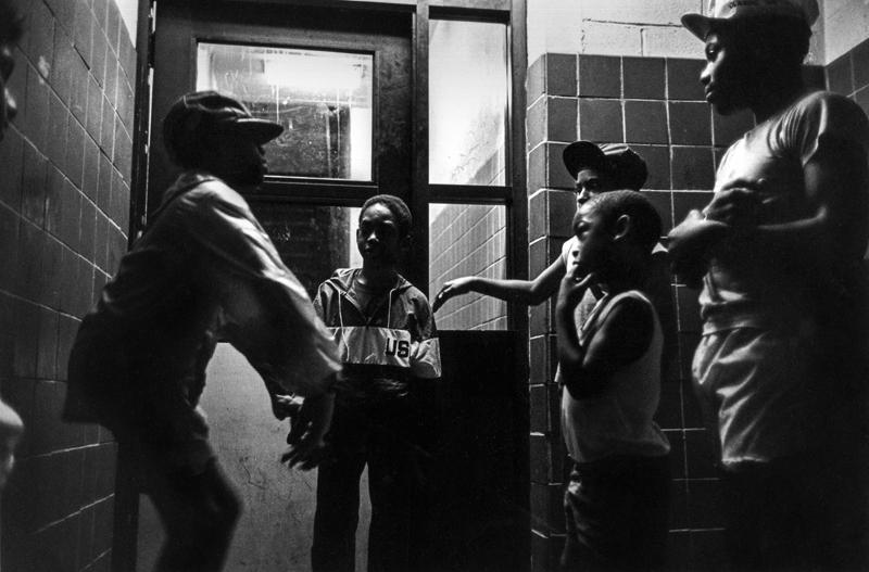 Des jeunes jouant dans la cage d'escalier d'un HLM ©Martine Barrat