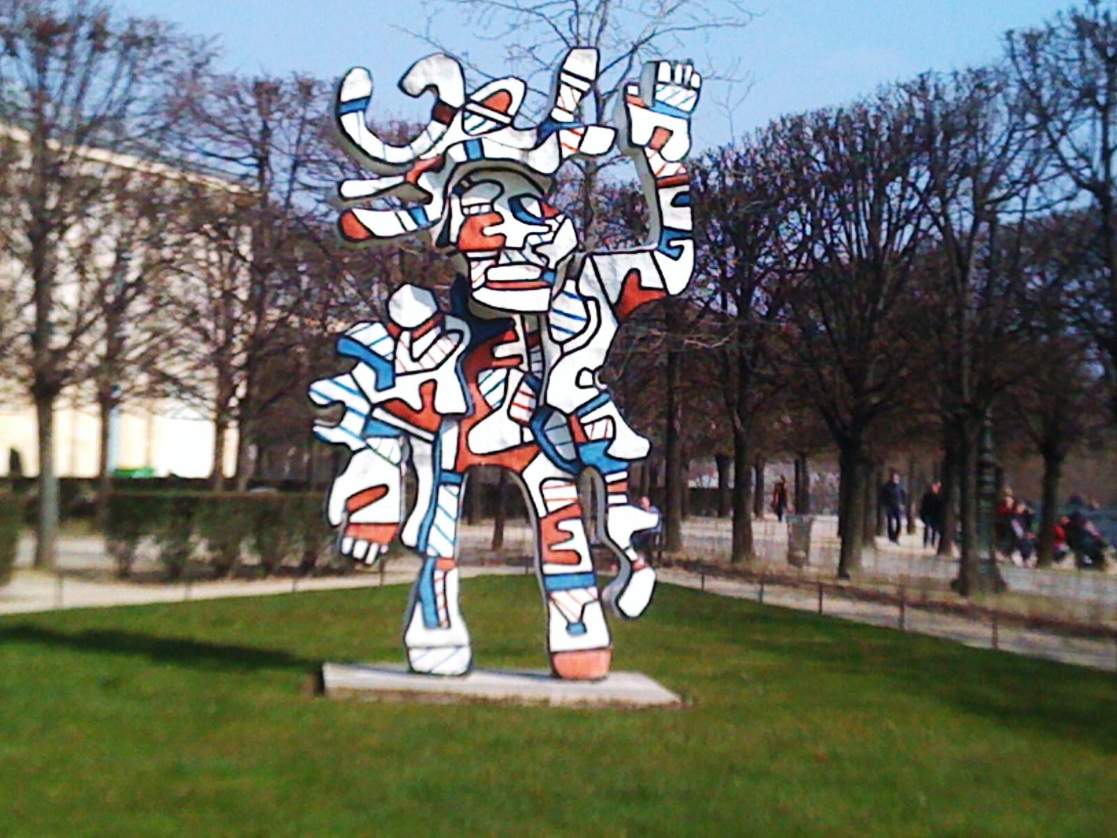"""""""Bel Costumé"""" de Jean Dubuffet, dans le jardin des Tuileries, 1e arrondissement."""