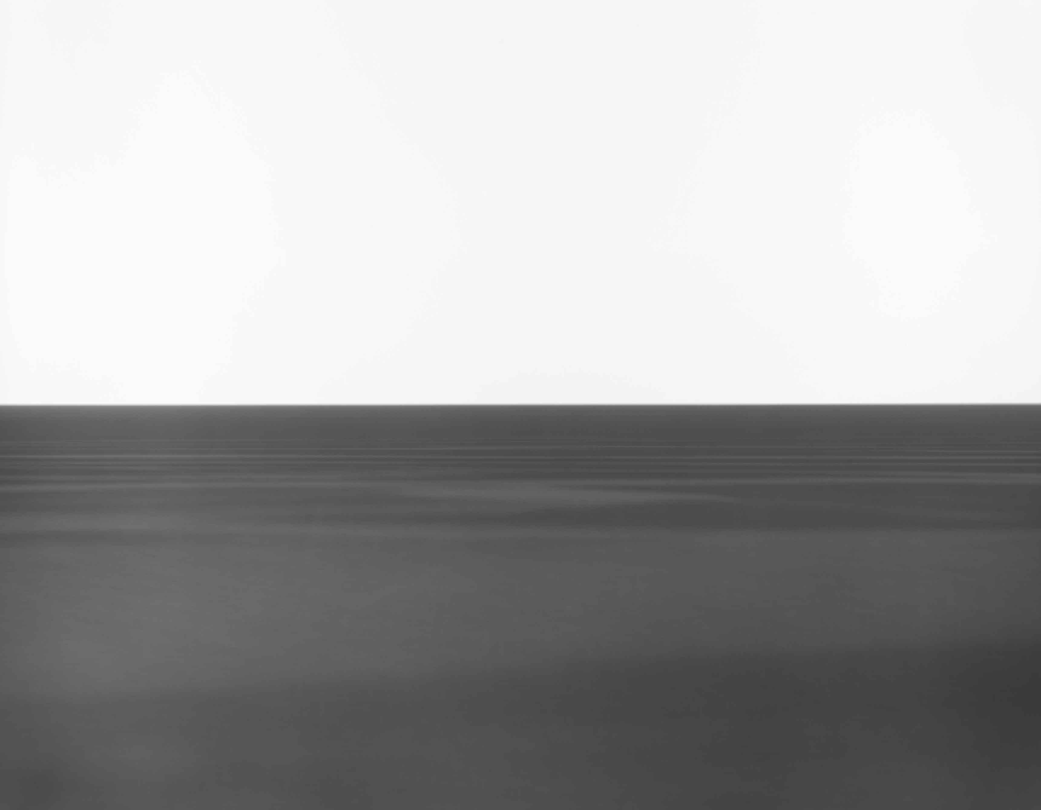 Une étendue d'eau, comme un épiderme marin. Hiroshi Sugimoto, Tasman Sea, Rocky Cape, 2016 Epreuve gélatino-argentique Neg. #584 Image : 47 x 58 3/4 in. (119.4 x 149.2 cm) Cadre : 60 11/16 x 71 3/4 in. (154.2 x 182.2 cm)