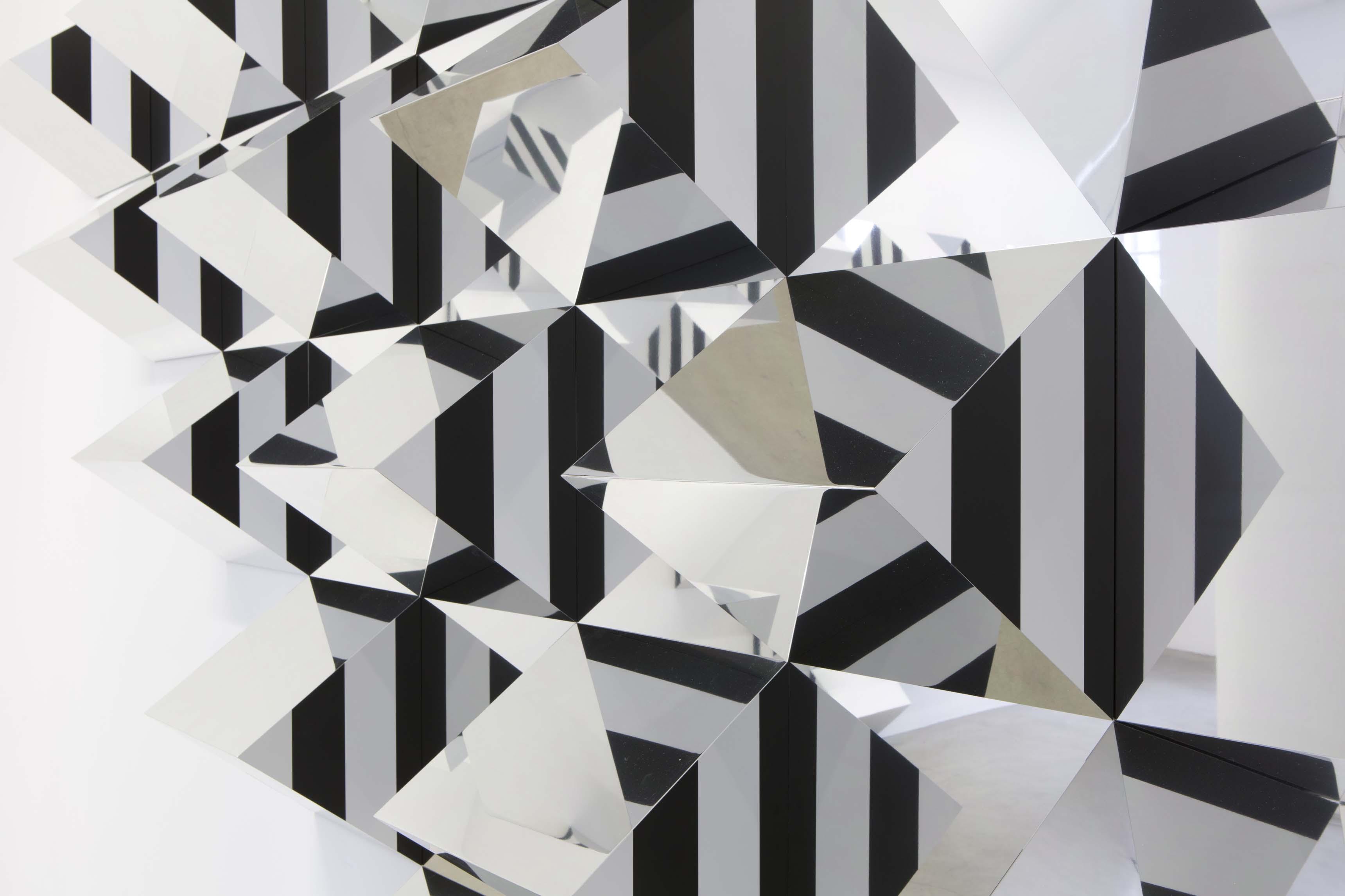 Pyramidal. Haut-relief - A 4, 2017 Prismes en aluminium, peinture acrylique satinée blanche (RAL 9003), panneaux composites aluminium Alucobond® (aspect miroir), bandes de vinyle auto-adhésif noir de 8,7 cm de large, colle