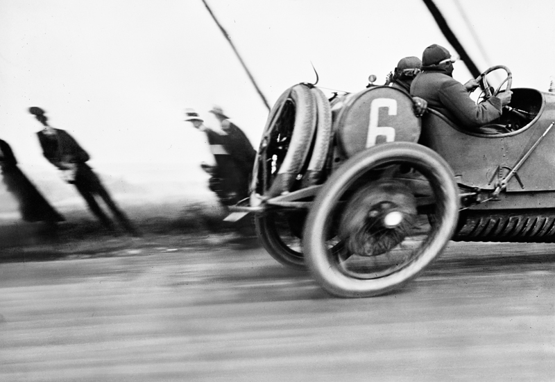 Jacques Henri Lartigue, Une Delage au Grand Prix de l'Automobile Club de France, circuit de Dieppe, 26 juin 1912 Tirage gélatino-argentique, 30 x 40 cm Donation Jacques Henri Lartigue, Charenton-le-Pont Photographie Jacques Henri Lartigue © Ministère de la Culture – France / AAJHL