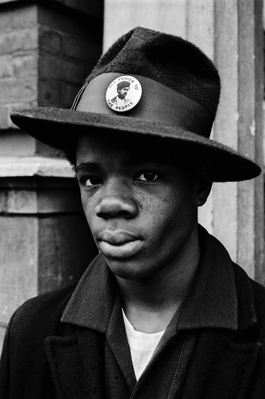 1970 – Chicago, Illinois, USA. Adolescent portant un chapeau orné d'un pins de soutien à Bobby Seale. © Stephen Shames. Courtesy Steven Kasher Gallery.