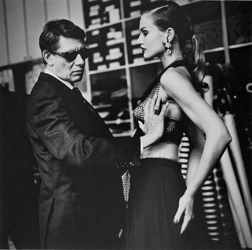 Crédit photo : Helmut Newton, Yves Saint Laurent in his atelier, Paris, 1991 © Helmut Newton Estate