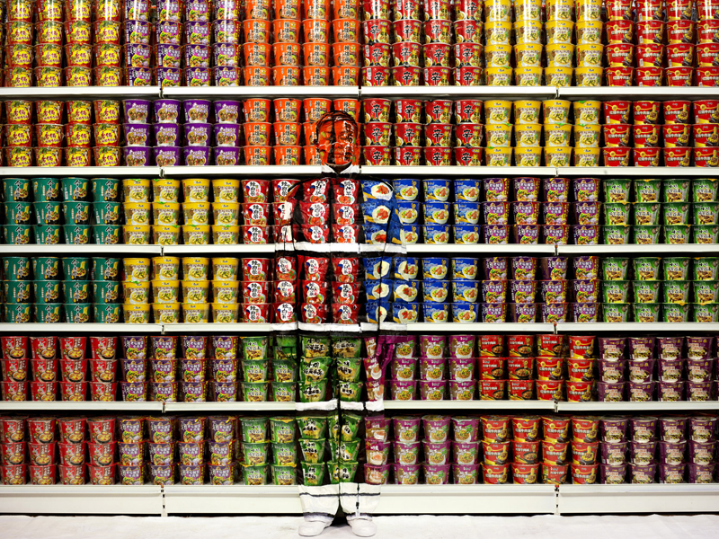 Instant Noodles, série Hiding in the city, 2013. © Liu Bolin, courtesy of the artist / Galerie Paris-Beijing.