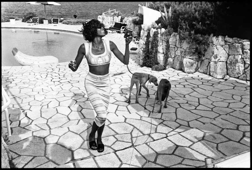 Crédit photo : Jean Pigozzi, Naomi Campbell with Mick and Bono (the dogs), Antibes, 1993, © Jean Pigozzi