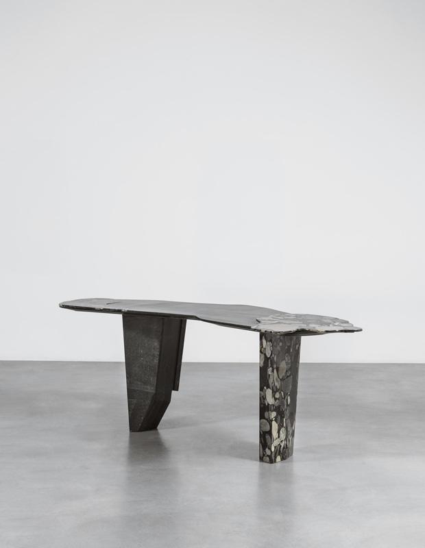 Table basse en marbre et fibre de verre noir recyclé