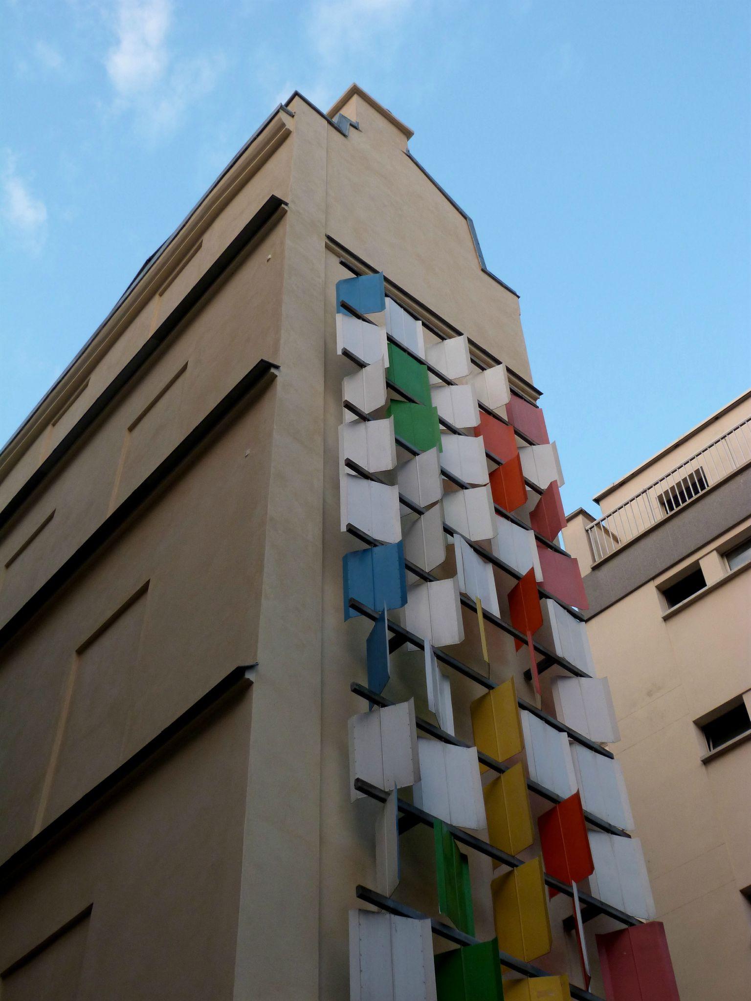 """""""Le Mur des vents"""" de Pierre Comte, à l'angle des rues Saint-Sauveur et Dussoubs, 2e arrondissement."""
