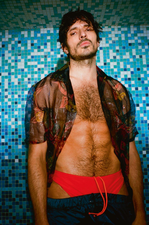Chemise en voile de Nylon imprimé et pantalon en Nylon, Louis Vuitton. Slip de bain, Speedo.