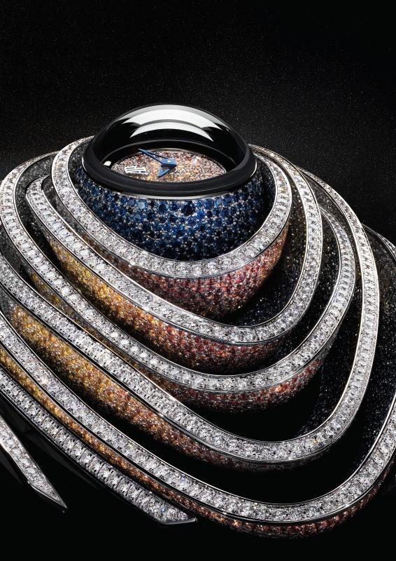 Sapphire Orbe, montre en or gris 18 carats en forme de sphère, entièrement sertie de saphirs bleus foncés et ceinte d'anneaux en or gris 18 carats, sertis de diamants et de saphirs bleus et orange, glace saphir avec traitement anti-reflets, étanche à 20 m.